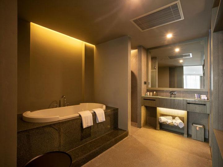 Kanvaz Village Resort Seminyak -Bathroom Suite - Hoterip, Layanan Pesan Hotel Terbaik, Pesan dan Booking Hotel di Bali